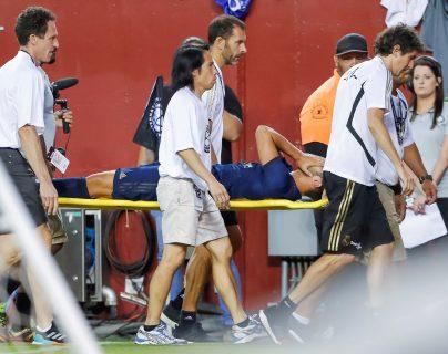Asensio se marchó del campo en camilla con visibles gestos de dolor en la rodilla izquierda y acompañado del médico del club. (Foto Prensa Libre: EFE)