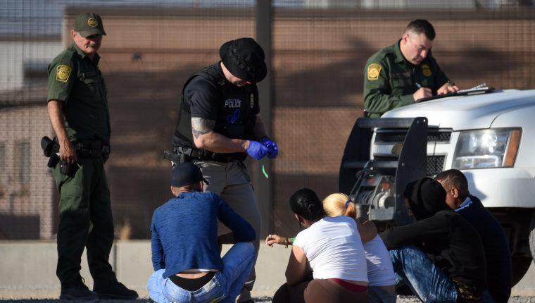 Migrantes detenidos por las autoridades migratorias estadounidenses luego de haber cruzado el Río Bravo, entre Ciudad Juárez y El Paso, Texas. (Foto Prensa Libre: EFE)