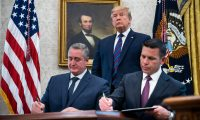 El acuerdo se firmó el viernes pasado en la Casa Blanca, junto a Kevin McAleenan, secretario de Seguridad Nacional de Estados Unidos, y la mirada del presidente Donald Trump (Foto Prensa Libre: EFE).