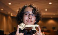 Omar Baños, conocido como Cuco, guarda la llave de su ciudad natal después de una ceremonia en Hawthorne California,Foto: Prensa Libre, EFE/ EPA.