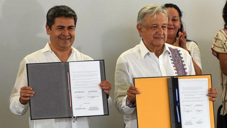 El presidente de Honduras, Juan Orlando Hernández (i), posa tras la firma de un acuerdo con el presidente de México, Andrés Manuel López Obrador (d), este sábado en la ciudad de Minatitlán, en el estado de Veracruz , México. (Foto Prensa Libre: EFE)