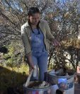 La boliviana Cecilia Tapia trabaja con fibras vegetales para elaborar los productos de su proyecto Bohemia Papel. (Foto Prensa Libre: EFE)