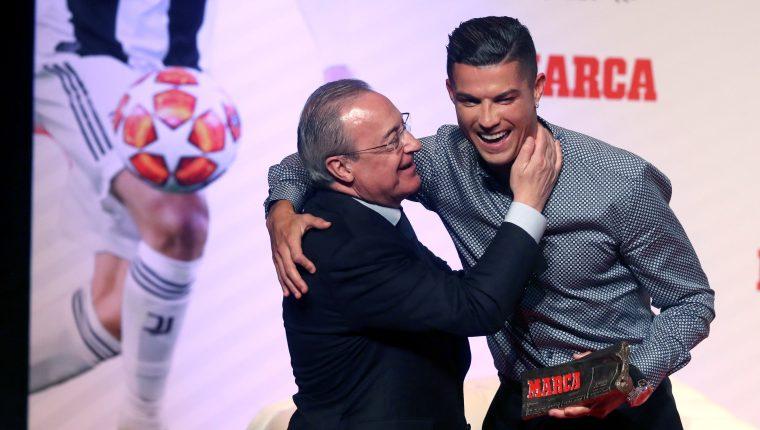 Cristiano Ronaldo (d), actual futbolista de la Juventus FC, junto al presidente del Real Madrid, Florentino Pérez, durante la gala en la que el futbolista ha recibido el Marca Leyenda,. (Foto Prensa Libre: EFE)