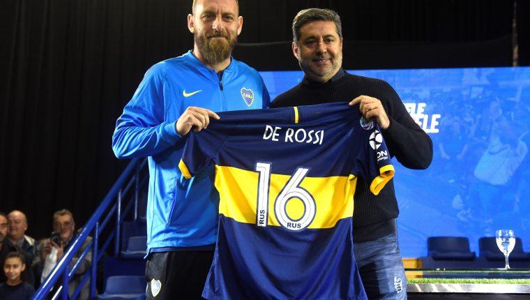 El presidente de Boca Juniors Daniel Angelici (d) posa con el futbolista italiano Daniele De Rossi durante su presentación en Buenos Aires. (Foto Prensa Libre: EFE)