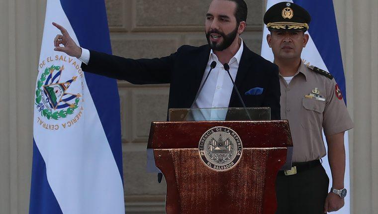 El presidente de El Salvador, Nayib Bukele, habla ante los nuevos elementos del Ejército que trabajarán en la lucha contra las pandillas. (Foto Prensa Libre EFE)