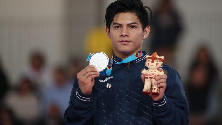 Jorge Vega ganó la medalla de plata para Guatemala en el salto al potro. (Foto Prensa Libre: Hemeroteca PL)