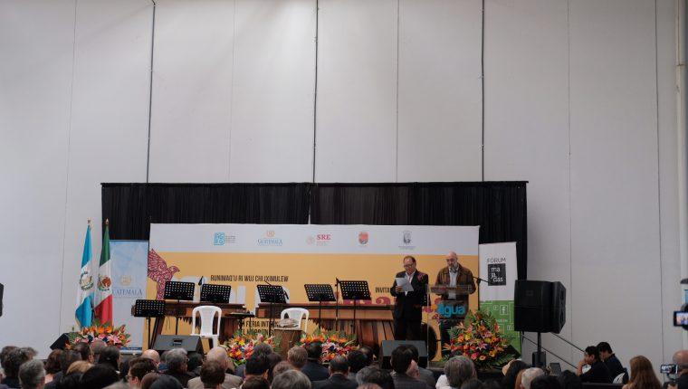 Raxché Rodríguez y Eduardo Halfon lee en la inauguración de la Filgua 2019 (Foto Prensa Libre: José Ochoa).