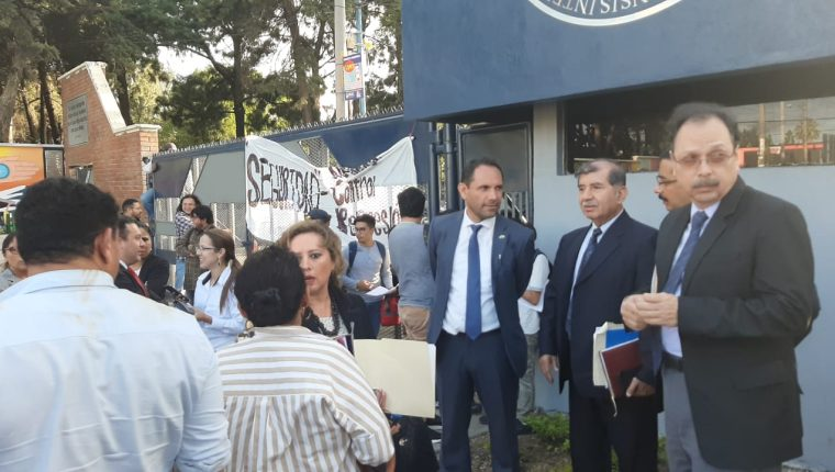 Murphy Paiz, rector de la Usac, junto a uno de los ingresos del campus. (Foto Prensa Libre: Andrea Domínguez)