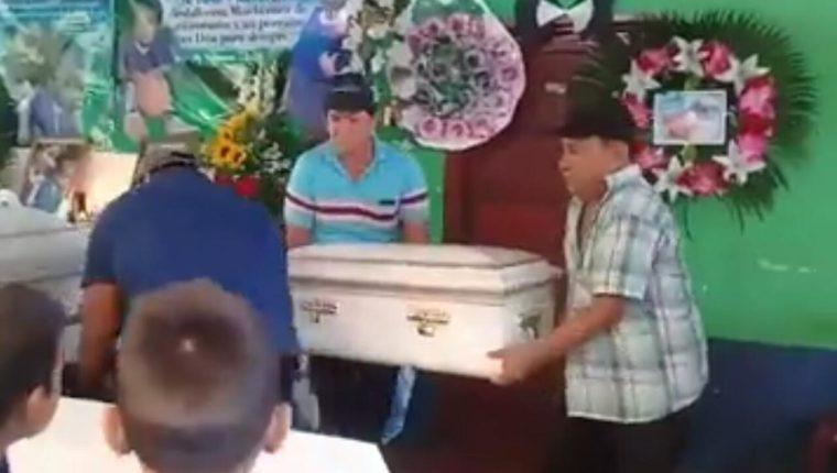 Briseyda Chicas y su hijo Denilson son velados en su casa de habitación. (Foto Prensa Libre: Cortesía)