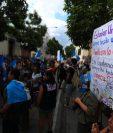 Decenas de personas manifestaron frente a la Casa Presidencial en rechazo del acuerdo migratorio firmado el viernes entre Guatemala y Estados Unidos. (Foto Prensa Libre: Carlos Hernández)