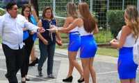 Edecanes de la planilla 6 reciben a los abogados y los invitan a votar por la agrupación Edificando justicia. (Foto Prensa Libre: Carlos Hernández Ovalle)