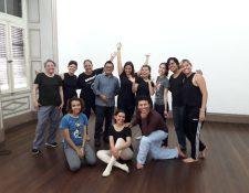 El grupo de artistas de Contrapunto intercambian experiencias entre distintas disciplinas.  En la fotografía Sara Häuser, artista alemana quien impartió un curso de Teatro del Movimiento.  (Foto Prensa Libre: Ingrid Reyes).