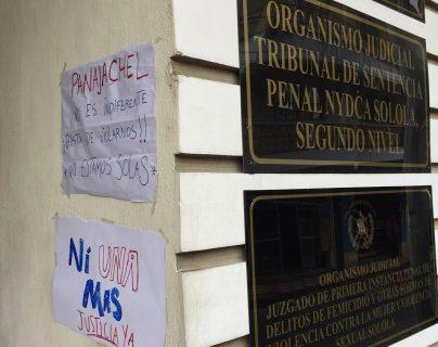 Varios carteles fueron pegados en las afueras del juzgado como muestra de apoyo  la víctima. (Foto Prensa Libre: Sororidad Panajachelense)