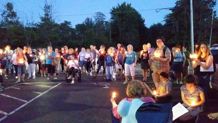 Una vigilia a favor de las familias migrantes frente a un centro de detención en Ohio. (Foto Prensa Libre: Cortesía)