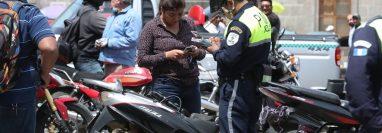 La mayoría de motoristas en Quetzaltenango no tiene licencia para conducir moto, según la Policía la Tránsito. (Foto Prensa Libre: Mynor Toc)