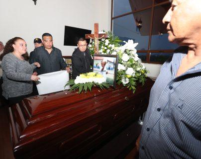 Familiares y amigos despidieron al Óscar Sánchez, quien falleció victima de una enfermedad del corazón. (Foto Prensa Libre: Francisco Sánchez).
