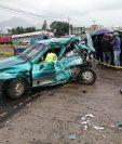 Familiares de las victimas y vecinos se acercaron a la escena del accidente.. (Foto Prensa Libre: María Longo)