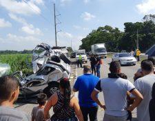 Curiosos permanecen en el lugar del accidente en el kilómetro 87 de la autopista a Puerto Quetzal. (Foto Prensa Libre: Enrique Paredes).