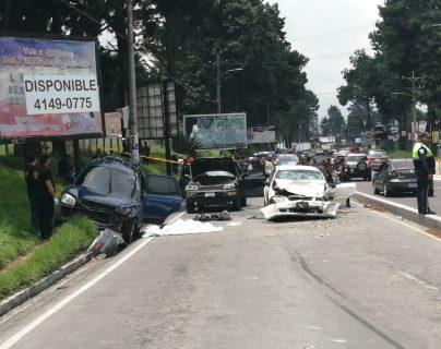 Grúas levantaron los tres vehículos involucrados en el accidente para trasladarlos al predio. (Foto Prensa Libre: María Longo)