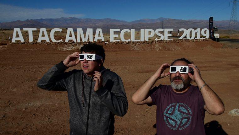 Turistas observan el eclipse en Chile, uno de los países en donde mayor visibilidad tuvo ese fenómeno natural. (Foto Prensa Libre: AFP)
