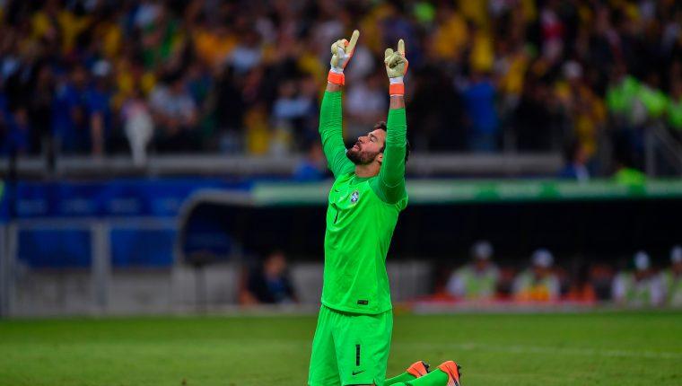 Alisson, jugador del Liverpool y de la Selección de Brasil, pasa por un gran momento en su carrera. (Foto Prensa Libre: AFP)