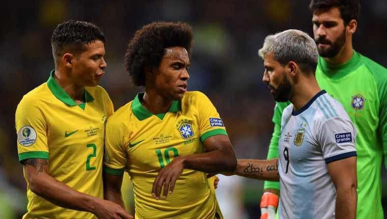 El atacante Willian sufrió una lesión muscular en la pierna derecha en el partido contra Argentina. (Foto Prensa Libre:  AFP).
