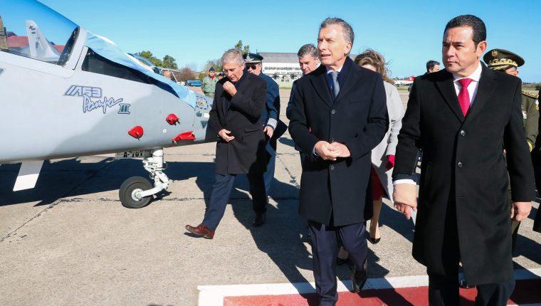 El presidente Jimmy Morales viajó a Argentina donde se reunió con su homólogo Mauricio Macri y cerró el trato para la adquisición de dos aviones Pampa III. (Foto Prensa Libre: AFP)