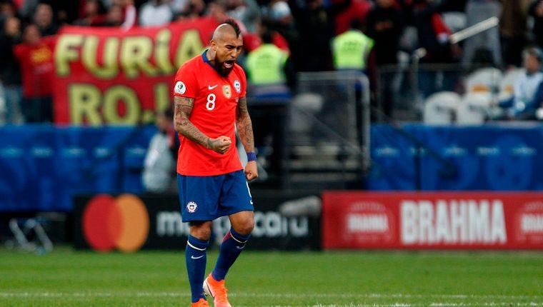El rey Arturo Vidal fue siempre el jugador más aguerrido para Perú. (Foto Prensa Libre: AFP)