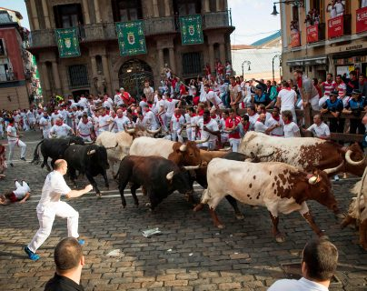 Sanfermines recorren calles de Pamplona, España. Foto Prensa Libre: AFP.