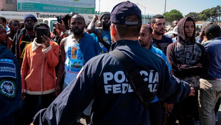 Un grupo de migrantes en Tijuana, Baja California, México, insiste en su pretensión de entrar a EE. UU.  a solicitar refugio. (Foto Prensa Libre: AFP)