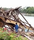 Residentes observan los daños que causó el terremoto en las islas Molucas, Idonesia. (Foto Prensa Libre: AFP)