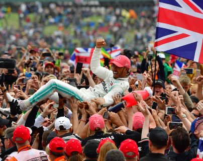 Lewis Hamilton celebró a lo grande junto a los aficionados. (Foto Prensa Libre: AFP)
