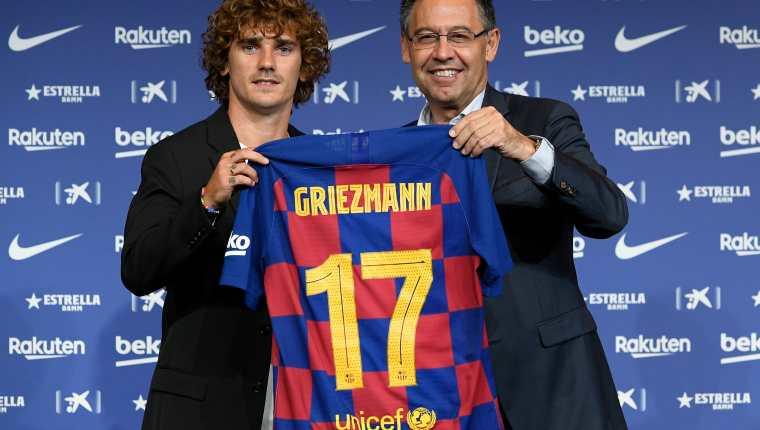 El delantero francés Antoine Griezmann  fue presentado por el expresidente del Barsa, Josep Maria Bartomeu, en el  Camp Nou el 14 de julio de 2019. Foto Prensa Libre: AFP.