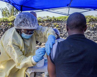 Hombre es vacunado del ébola en el Congo como medida para que no se propague más la epidemia. (Foto Prensa Libre:  AFP)