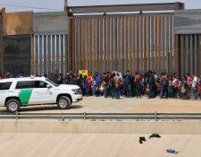 Miles de centroamericanos llegan cada mes a EE. UU.  a pedir asilo. En la imagen, una unidad de la Patrulla Fronteriza custodia a un grupo de indocumentados. (Foto Prensa Libre: AFP)