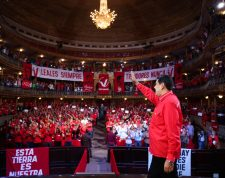 """Handout photo released by the Venezuelan Presidency of Venezuela's President Nicolas Maduro waving during a rally with members of Venezuela's United Socialist Party (PSUV) at the National Theater in Caracas, on July 19, 2019. (Photo by Marcelo Garcia / Venezuelan Presidency / AFP) / RESTRICTED TO EDITORIAL USE - MANDATORY CREDIT """"AFP PHOTO / VENEZUELAN PRESIDENCY / MARCELO GARCIA"""" - NO MARKETING NO ADVERTISING CAMPAIGNS - DISTRIBUTED AS A SERVICE TO CLIENTS"""