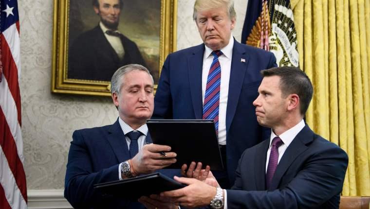 El 26 de julio de 2019, Enrique Degenhart, entonces ministro de Gobernación, y Kevin K. McAleenan, secretario de Seguridad Nacional de Estados Unidos, durante la firma del convenio. (Foto Prensa Libre: Hemeroteca PL)