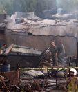 Servicios de emergencia y soldados, durante las tareas de rescate de víctimas del accidente. (Foto Prensa Libre: AFP)