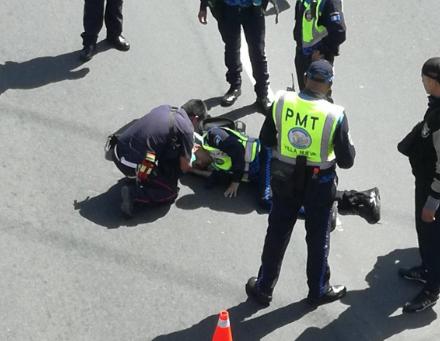 Compañeros auxilian a unos de los agentes arrollados en Villa Nueva. (Foto Prensa Libre: @SantosDalia).