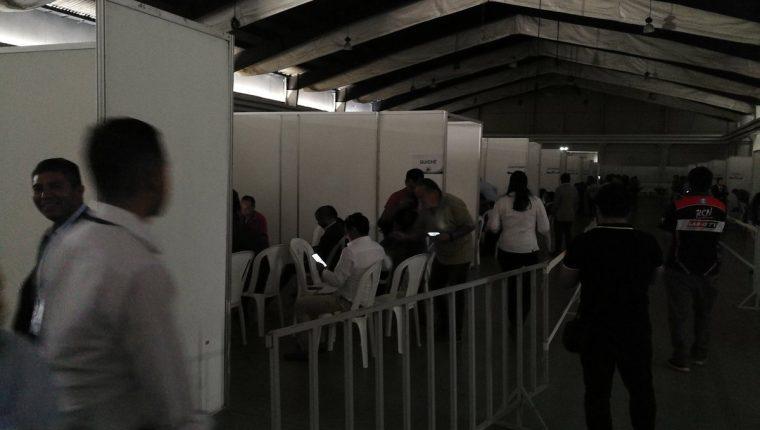 La revisión de actas electorales se lleva a cabo en el Parque de la Industria, donde fue suspendida la actividad por un corte de energía. (Foto Prensa Libre: Manuel Hernández).