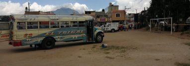 El Ministerio Publico recolectó evidencias en el campo de futbol de la colonia Jardines de Xelajú, lugar donde quedó el bus que conducía la víctima. (Foto Prensa Libre: María Longo)