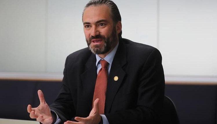 Acisclo Valladares Urruela, actual ministro de Economía y señalado de participar en la supuesta entrega de dinero a los congresistas. (Foto Prensa Libre: Hemeroteca PL)