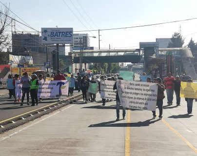 El paso de vehículos es complicado en la calzada Raúl Aguilar Batres por una manifestación. (Foto Prensa Libre: Juan Diego González)