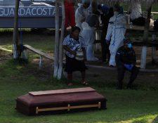 Las autoridades hondureñas empezaron a trasladar los cuerpos de los 27 pescadores muertos. (Foto Prensa Libre: EFE)