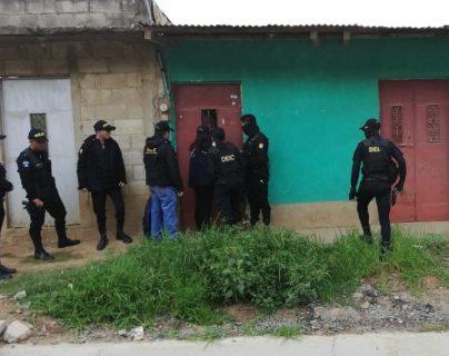 Agentes de la PNC resguarda una de las viviendas allanadas durante los operativos desarrollados en todo el país. (Foto Prensa Libre: PNC)
