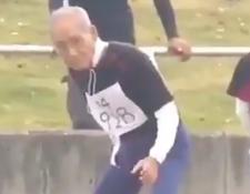 Longevo corredor se gana los aplausos al completar carrera de 100 metros planos. (Foto Prensa Libre: Twitter)