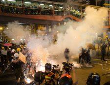 Policía antidisturbios dispersa a manifestantes en Hong Kong. (Foto Prensa Libre: EFE).