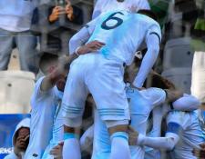 Los jugadores de la selección de Argentina celebran el gol de Paulo Dybala, el cual significó la obtención del tercer lugar de la Copa América 2019. (Foto Prensa Libre: AFP)