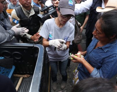 """El operativo en el que se rescataron animales en el Mercado Centra, en zona 1, surge por una denuncia que alertó de la venta """"ilegal"""" de mascotas. (Foto Prensa Libre: Esbin García)"""
