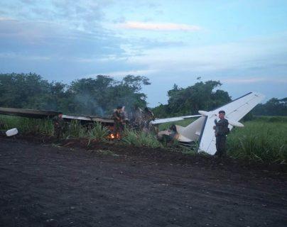 Autoridades rastrearon una avioneta que volaba ilegalmente y luego aterrizó en La Gomera, Escuintla, donde fue quemada. (Foto Prensa Libre: Cortesía)